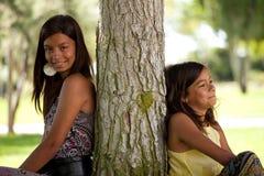 Jeunes soeurs au stationnement Photos libres de droits