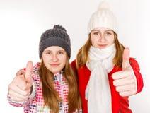 Jeunes soeurs heureuses montrant des pouces  Photographie stock libre de droits
