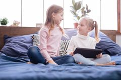 Jeunes soeurs joyeuses regardant l'un l'autre Photographie stock libre de droits