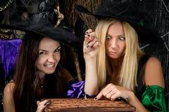 Jeunes sorcières avec du charme Photos stock