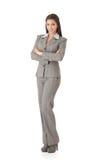 Jeunes sourire croisé de femme d'affaires par bras debout Photographie stock