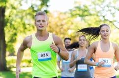 Jeunes sportifs de Happ emballant des nombres d'insigne d'esprit Images stock