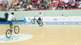 Jeunes sportifs sur le tour de bicyclettes et les sauts et les tours d'exposition banque de vidéos