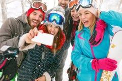 Jeunes surfeurs ou skieurs faisant le selfie dans la forêt de brouillard Photographie stock