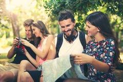 Jeunes touristes d'amis avec la carte Photos libres de droits