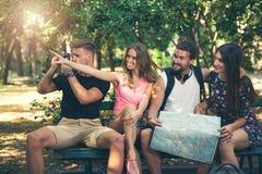 Jeunes touristes d'amis avec la carte Image stock