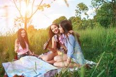 Jeunes touristes d'amis avec la carte en parc en été Photo stock