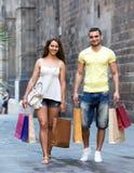 Jeunes touristes dans la visite d'achats Images libres de droits