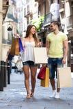 Jeunes touristes dans la visite d'achats Photos libres de droits