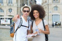 Jeunes touristes de couples dans la ville Photos libres de droits