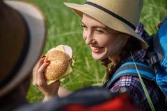 Jeunes touristes heureux mangeant le sandwich Image libre de droits
