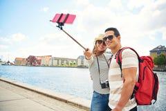 Jeunes touristes heureux posant pour un selfie Images stock