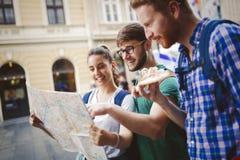 Jeunes touristes heureux visitant le pays dans la ville Images stock