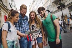Jeunes touristes heureux visitant le pays dans la ville Photo stock