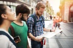 Jeunes touristes heureux visitant le pays dans la ville Photo libre de droits