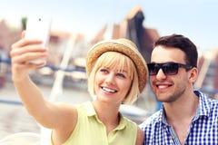 Jeunes touristes prenant le selfie Photo stock