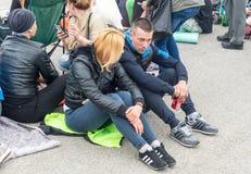 Jeunes touristes sur les jeux de Nestenar dans le village de Bulgari, Bulgarie Image stock
