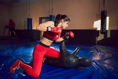 Jeunes trains sportifs de combattant de fille dans le gymnase images libres de droits