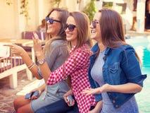 Jeunes trois filles riant et ayant l'amusement Photographie stock libre de droits