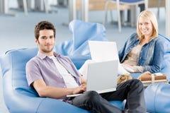Jeunes étudiants au lycée travaillant sur l'ordinateur portatif Photos stock