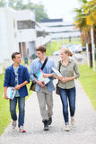 Jeunes étudiants marchant en dehors du campus Images stock