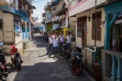 Jeunes étudiants musulmans heureux dans l'uniforme blanc Photos libres de droits
