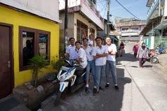 Jeunes étudiants musulmans heureux dans l'uniforme blanc Photographie stock libre de droits