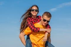 Jeunes type et fille joyeux heureux Photo libre de droits