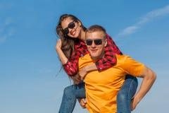 Jeunes type et fille joyeux heureux Photos libres de droits