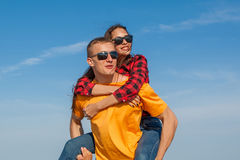 Jeunes type et fille joyeux heureux Image libre de droits