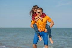 Jeunes type et fille joyeux heureux Image stock