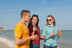 Jeunes type et filles joyeux heureux Photos libres de droits