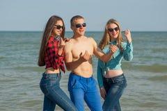 Jeunes type et filles joyeux heureux Photographie stock
