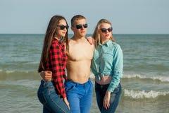 Jeunes type et filles joyeux heureux Photo libre de droits