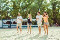 Jeunes types drôles dans des lunettes de soleil sur la plage Amis ensemble Image libre de droits