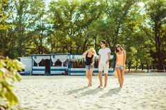 Jeunes types drôles dans des lunettes de soleil sur la plage Amis ensemble Photos stock
