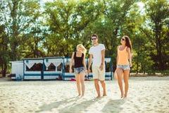Jeunes types drôles dans des lunettes de soleil sur la plage Amis ensemble Photographie stock