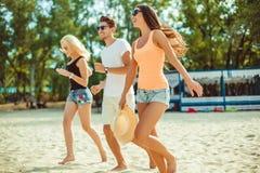 Jeunes types drôles dans des lunettes de soleil sur la plage Amis ensemble Photo stock