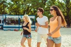 Jeunes types drôles dans des lunettes de soleil sur la plage Amis ensemble Images stock