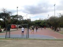 Jeunes types jouant le football micro en parc Image libre de droits