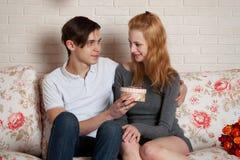 Jeunes, un couple affectueux Image stock