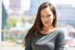 Jeunes urbains de visage de belle ville de portrait de femme Photographie stock