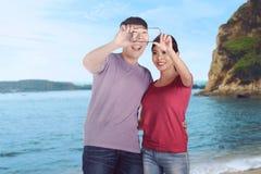 Jeunes vacances asiatiques de couples prenant le selfie Image libre de droits