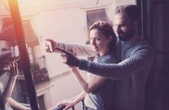 Jeunes vacances d'été de couples Femme de photo et homme barbu faisant le téléphone portable de selfie dans le grenier moderne Ut Photographie stock libre de droits