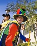 Jeunes ventilateurs de football dansant dans la rue Image stock