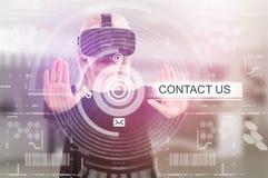 Jeunes verres 3d de port femelles touchant le contactez-nous Photo libre de droits