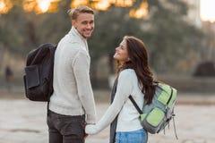 Jeunes voyages de couples Images libres de droits