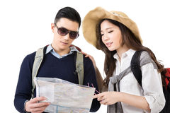 Jeunes voyageurs asiatiques de couples regardant la carte Image libre de droits