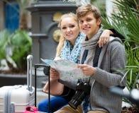 Jeunes voyageurs avec la carte de ville à la rue Photos libres de droits