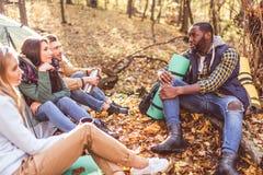 Jeunes voyageurs d'amis dans la forêt Photographie stock libre de droits